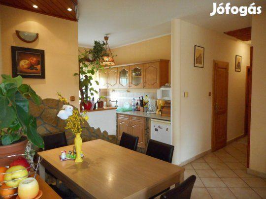 Eladó családi ház Vacsihegyben Y32044: Kecskeméten, a Vacsihegyben eladásra kínálunk egy 2000-ben épült nettó 98 m2 alapterületű, 3 + 1 fél szobás családi házat, amely egy majd 3000 m2 területű telken helyezkedik el!