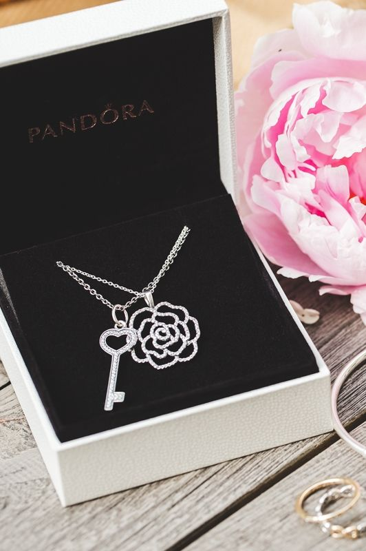 Do like blogger Chriselle Lim and style the shimmering rose necklace with the oversized heart-shaped key necklace pendant. It creates a beautiful and bold style statement. #PANDORAnecklace