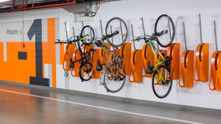 BikeUp to idealne rozwiązanie do przechowywania wielu rowerów na małej przestrzeni. Dzięki niemu powiesisz nawet 3 rowery na jednym metrze ściany.