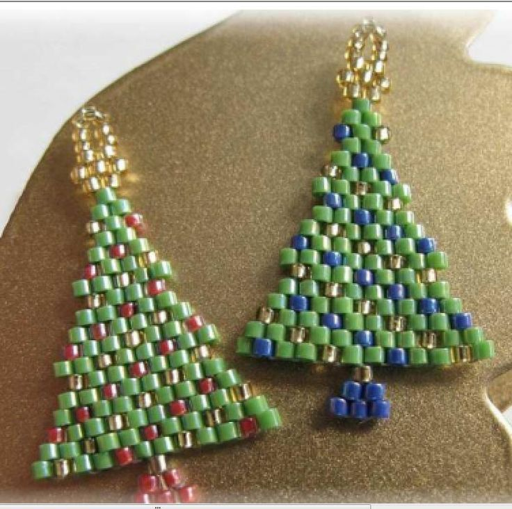 Christmas trees in peyote. These look so cute! The directions look pretty easy even if they are in Russian(?).