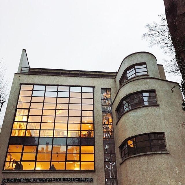 """Cela faisait deux ans qu'on se disait """"Il faut qu'on aille visiter le musée Mendjiski""""... Et puis hier, on a appris qu'il fermait définitivement ses portes ce 31 décembre, suite -notamment- à une chute de fréquentation depuis novembre 2015. Le lieu était dédié aux artistes de l'Ecole de Paris (un mouvement artistique auquel s'identifièrent, à des époques successives, Modigliani, Chagal, Bernard Buffet, etc). Mais ce bâtiment-paquebot (niché au fond d'une jolie impasse) est aussi une œuvre en…"""