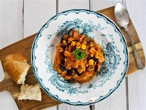 Mustig falukorvsgryta med krossade tomater, majs och bönor. En värmande gryta som du snabbt slår ihop på spisen.