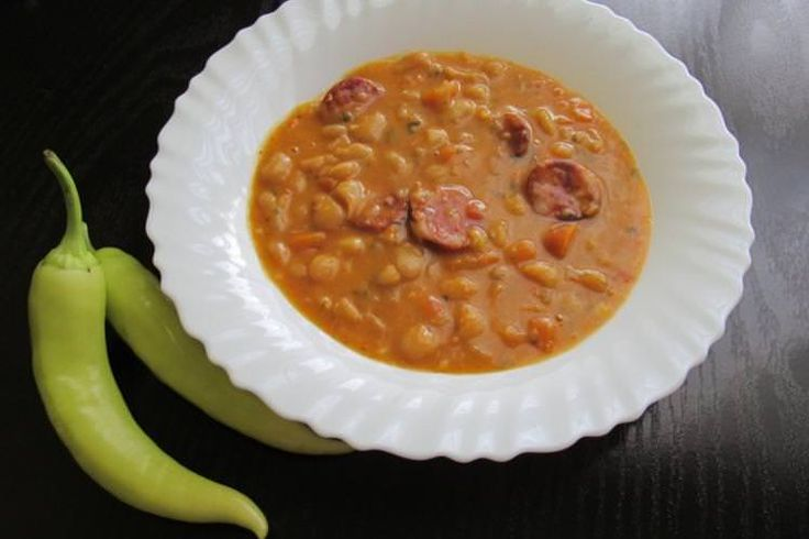 Traditional dish of pasulj (white beans) with sausages. Image by Ivana Sokolović / CC BY 2.0