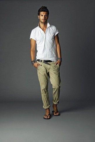 Look de moda: Camisa Polo Blanca, Pantalón de Vestir de Lino Verde Oliva, Chanclas Negras, Correa de Cuero Tejida Negra