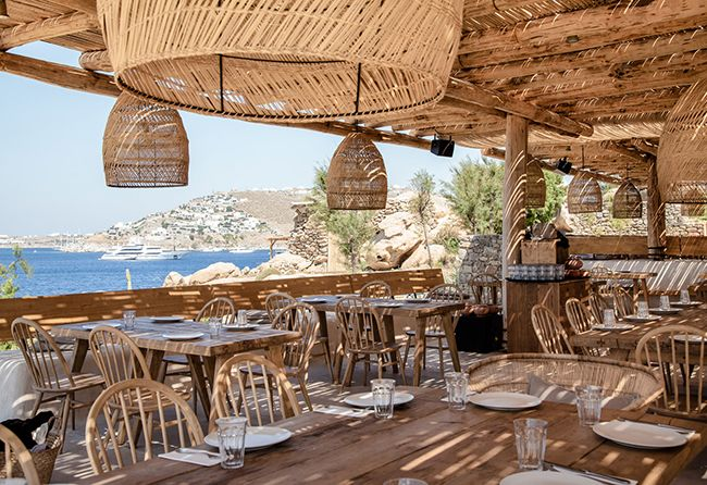 Je vous ais déjà parlé de l'hôtel San Giorgio à Mykonos qui nous transporte dans un écrin de douceur et d'harmonie. Voici une autre réalisation des mêmes propriétaires. Il s'agit d'un restaurant - lounge - plage privée, le Scorpios Mykonos.<br /> <br /> <br /> <br /> <br /> Une atmosphère chaleureuse se dégage de ce lieu avec un mélange de mobilier artisanal et de mobilier vintage chiné. On craque pour l'accumulation d...