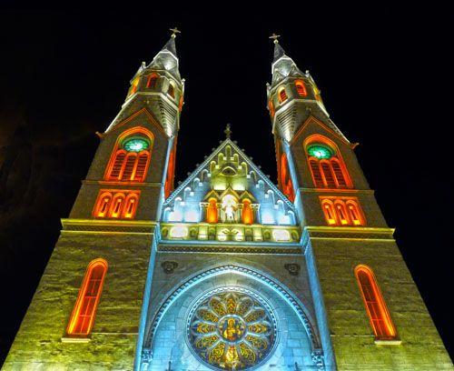 Römisch-Katholische Kirche Heiliges Herz Jesu (Elisabetin) am Nicolae Balcescu Platz (früher Lahovary Platz) bei Nacht. Temeswar