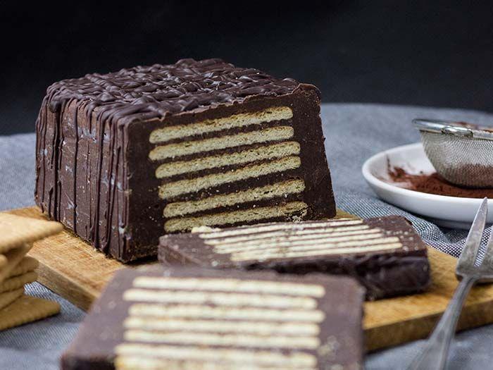 Man kennt diesen Klassiker des Kuchens ohne Backen auch unter Lukullus, Kalte Pracht, Kekstorte oder Kalte Schnauze. Egal, wie man ihn nennen mag, er schmeckt einfach herrlich und ist im Nu zubereitet.