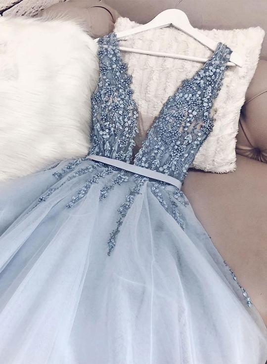 Blauer V-Ausschnitt Tüll Perlen langes Abendkleid…