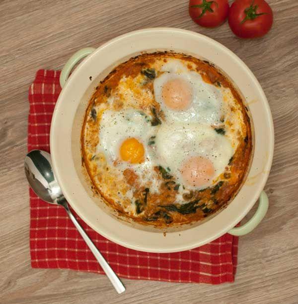 Spinazieschotel met rijst, tomaat en ei; een makkelijk en gezond gerecht voor op doordeweekse dagen. Lekker in combinatie met merquez worstjes.