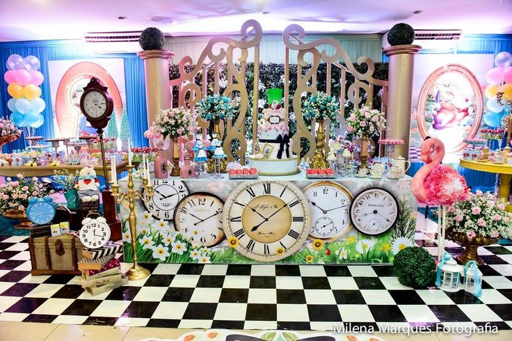 Fico impressionada como esse tema Alice no Pais das Maravilhas é rico em detalhes e smpre vejo decorações diferentes em cada festa! Aqui o t...