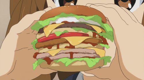 Hamburger superfarcito con più strati di carne, insalata, formaggio, pomodoro, ketchup, ecc. (K-on)
