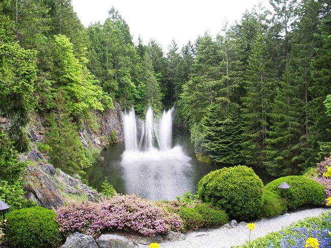 Sur l'île de Vancouver au Canada, à une vingtaine de kilomètres de Victoria s'épanouit un jardin appelé the Butchart Gardens accueillant tous les ans un million d'amoureux de nature, de végétaux, de fleurs, autant d'éléments qui ici peuplent, ornent, sculptent le paysage, kaléidoscope d'allées, de