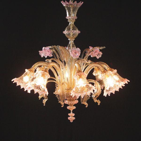 Lampadario Murano a otto bracci con foglie in vetro ambrato e fiori di ametista. Comprensivo di 8 lampadine goccia chiara E14 28W.