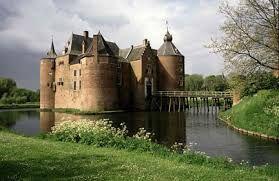 Kasteel Ammersoyen is een kasteel in Ammerzoden, in de Bommelerwaard in het westen van Gelderland. wie en wanneer het kasteel gebouwd heeft is onbekend. het is een van de best bewaarde kastelen van nederland. het kasteel heeft ook als klooster gediend.