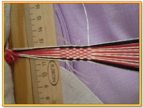 Шаг 2. В самом начале работы мы просто закрепляем нитки, прокладывая несколько рядов без переборов.