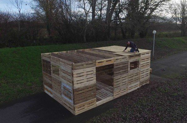 """The French company Sofrinnovpatented a system of small units allowing pallets to fit perfectly together. They teamed with one of the primary pallet manufacturer PGS to promote a pallet shelter called """"Rescooz"""" that can be built by one single man…"""