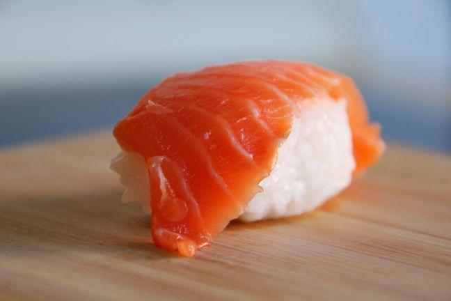 Sushi-Reis zuzubereiten ist nicht ganz einfach. Mit diesen Tricks gelingt der Reis jedoch wie beim Sushi-Meister.