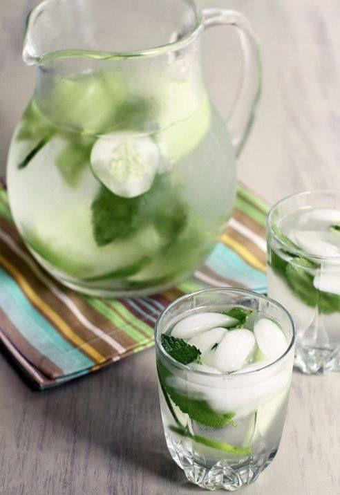 Prepara una rica bebida desintoxicante siguiendo estos simples pasos: En un litro de agua coloca un pepino mediano, jugo de dos limones, rebanadas de limón y aproximadamente 12 hojas de menta. Deja reposar de 12-24 horas para que todos los sabores se mezclen