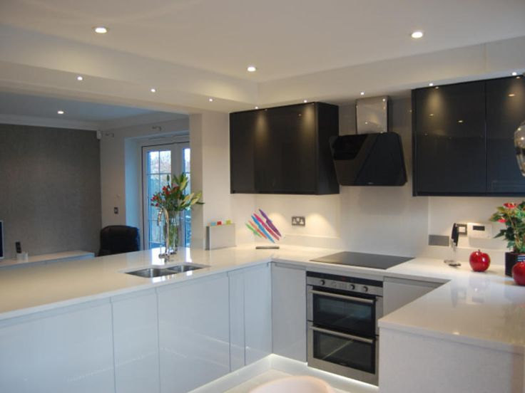 A kitchen that was sleek, contemporary yet instantly inviting was the brief for this Elements project. The Remo range fitted the bill perfectly, its handleless design in the high gloss finish having exactly the modern aesthetic required. A mix of light grey and graphite cabinetry creates a soothing tonal contrast, with the crisp white worktops adding a fresh feel to the scheme.