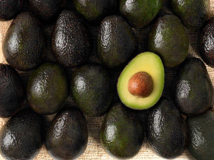 Dat veel mensen gek zijn op avocado, dat weten we al. Maar denk, terwijl je het groene gedeelte er vrolijk uitschept, ook eens aan de pit. Die blijkt namelijk een verborgen schat te zijn. Vijf redenen om avocadopitten te blenden, te raspen, te roosteren en toe te voegen aan salades of smoothies. 1. Ze reguleren …