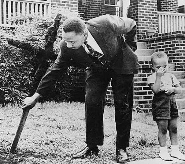 Ο Martin Luther King Jr. βγάζει έναν καμένο σταυρό από την μπροστινή του αυλή στην Ατλάντα το 1960