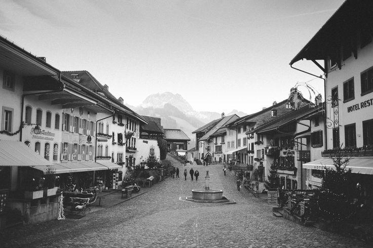 Gruyères é uma cidade medieval Suíça, pedonal, situada numa colina e rodeada ...