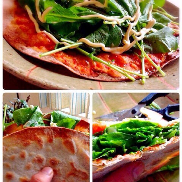 ピザを焼いて食べようにも、SD新年会でピザカッターを忘れてきちゃった。包丁で切ればいいんだろうが、まな板汚したくないしキッチンバサミで切ろうかな〜と思いながらも、ピザを二つ折り。ピザサンドイッチに。V(^_^)V ピザカッターだけでなく、手袋、真田太平記など、、、も忘れた。真田太平記が1番ショック - 122件のもぐもぐ - ルッコラピザ生ハムのサンド by pesce0414