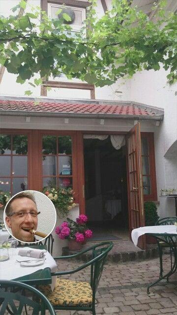 ...im Hotel Restaurant Weinhaus KAISERHOF Guldental unter Weinreben draußen an einem angenehmen SommerSonntag.