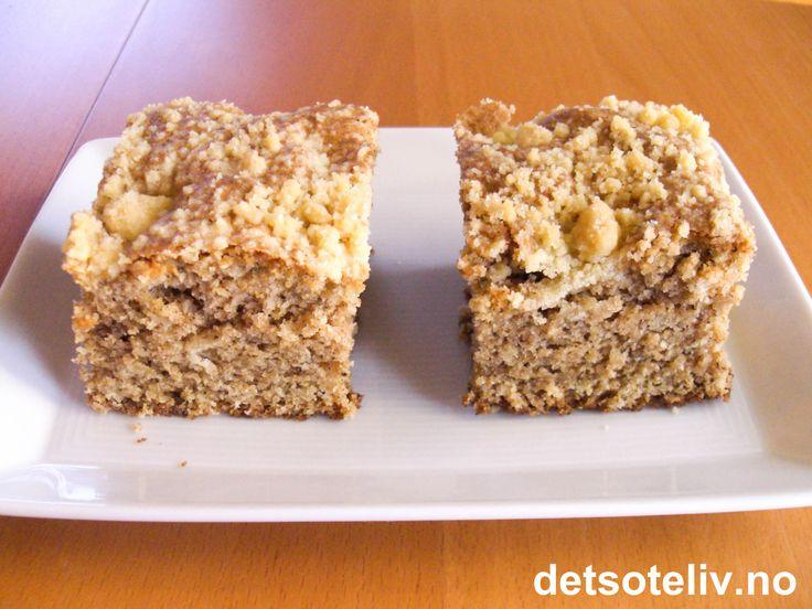 """""""Husmorkake"""" er en stor og solid langpannekake med kryddersmak. Kaken kjennetegnes av et lite lag med smuldredeig på toppen. Myk og litt kompakt konsistens, og veldig god og mild smak av kanel og nellik! Oppskriften er til stor langpanne."""