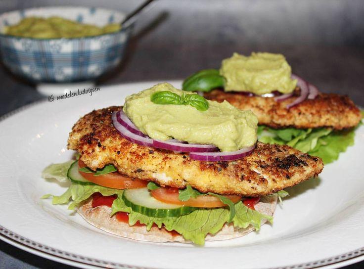 Chicken w. Avocado Hummus 🥑 // Gårsdagens middag: Parmesan-panert Kylling på Polarbrød med Grønnsaker og hjemmelaget Avokado Hummus  #kylling #fried #chicken #sås #sauce #sandwich #toast #bröd #macka #ost #panerad #kyckling