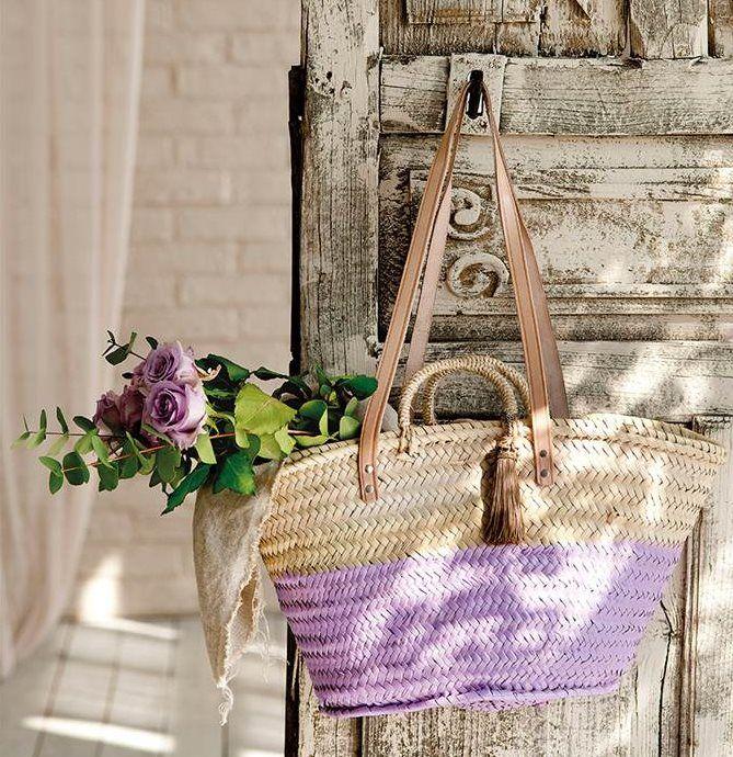 Puerta rústica gris con capazo de fibras pintado en violeta
