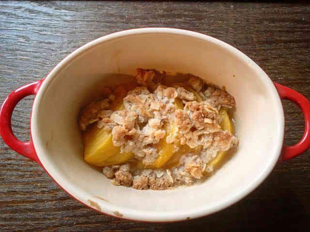 簡単!柿のフルーツクランブル    混ぜて焼くだけの簡単レシピ。 東京野菜カンパニーのスタッフ1番人気です!