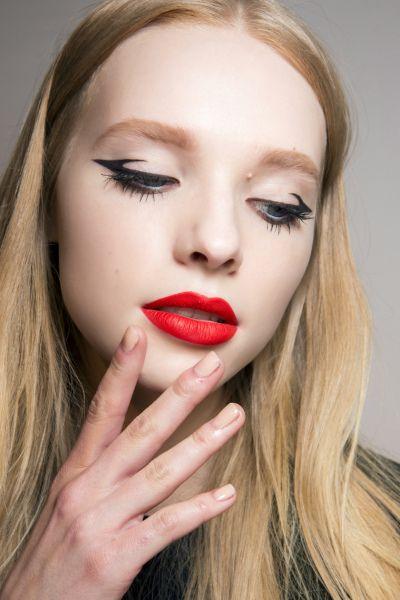 Výrazné líčení rtů a originálně pojaté oční linky. Make-up, který rozhodně zaujme. Chcete se taky naučit pár triků? Objednejte si minikurz líčení na www.vizazprotvar.cz
