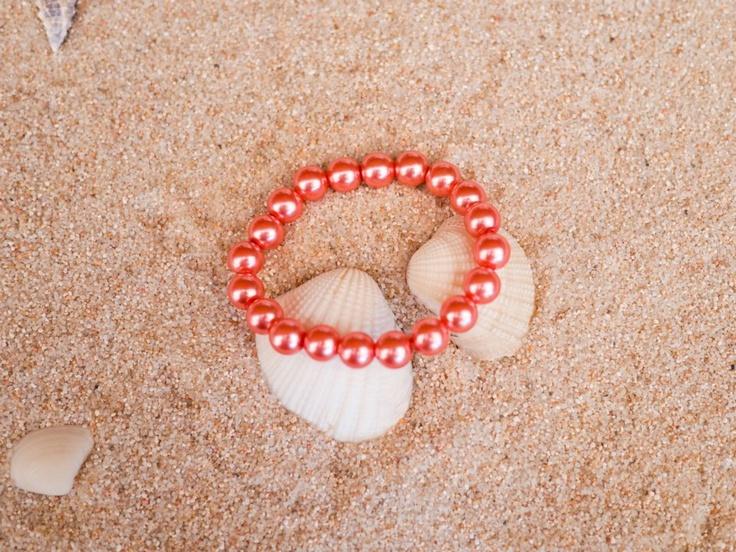Pulsera elástica imitación perla color coral. Divino Complemento.