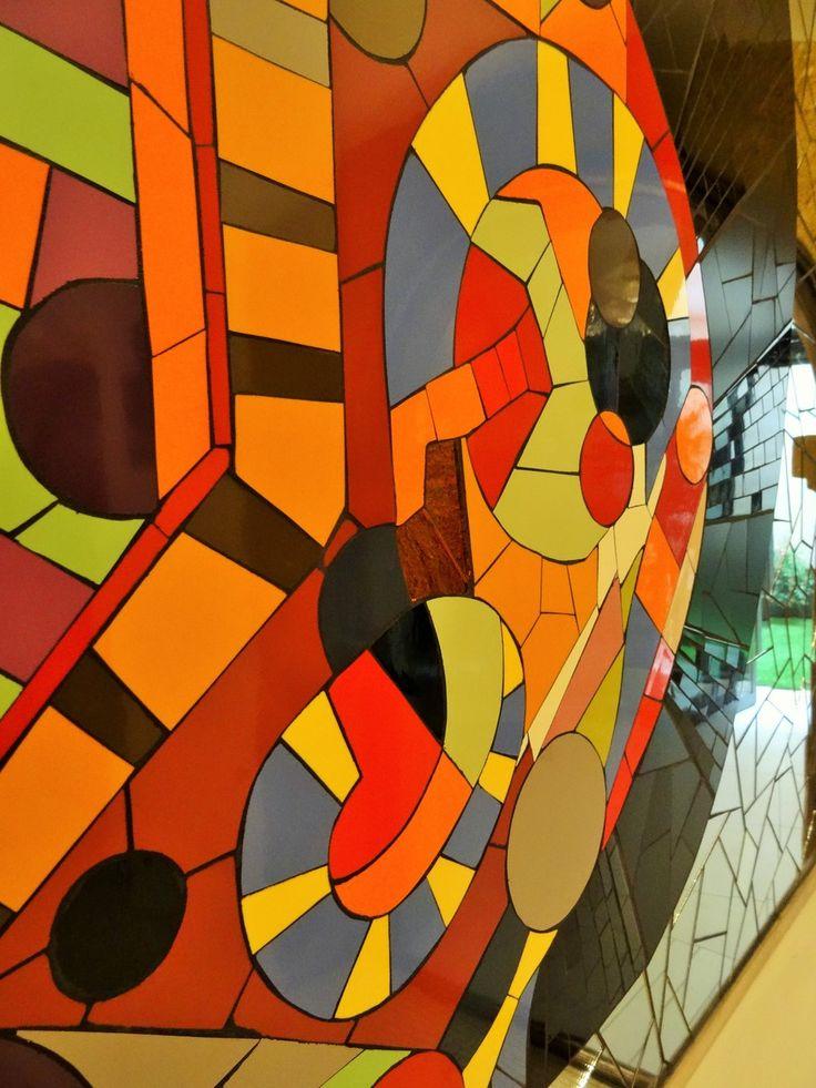 """Fresque murale en mosaïque contemporaine. Intégralement réalisée à la main. D'après une oeuvre de Julio Cesare Rodarte. """"Femme enceinte"""" salle d'attente du Centre Périnatal Bien Naître à Narbonne. Réalisation Zam-création contact@zam-creation.fr"""