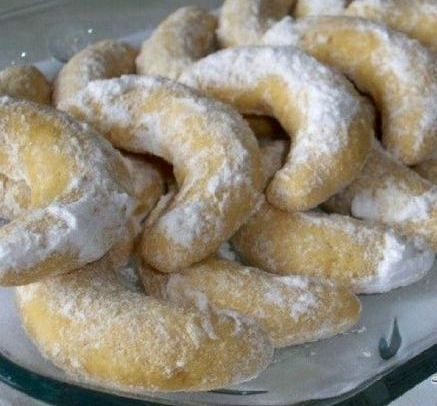 Fursecuri semilună cu lămâie şi vanilie, crocante si dulci ideale pentru orice masă festivă.