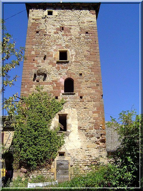 """""""Ceci n'est qu'une simple tour"""" affirment certains. """"Que enni"""" rétorquais je. Cette beauté médiévale cache sur chaque face des détails et des ouvertures dont la fonction était différente. La tour de Brussac près de Bozouls en Aveyron est une architecture qui se déguste avec lenteur et imagination."""