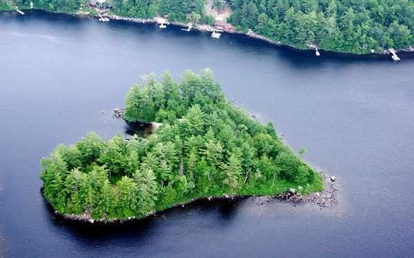 Blueberry Island – Canada Questa isola a forma di cuore si trova in Canada a soli 45 minuti da Montreal, in direzione Nord, tra le Laurentian Mountains. Sull'isola si trovano una spiaggia di sabbia bianca e un unico alloggio, costituito da una capanna di legno di cedro rosso.
