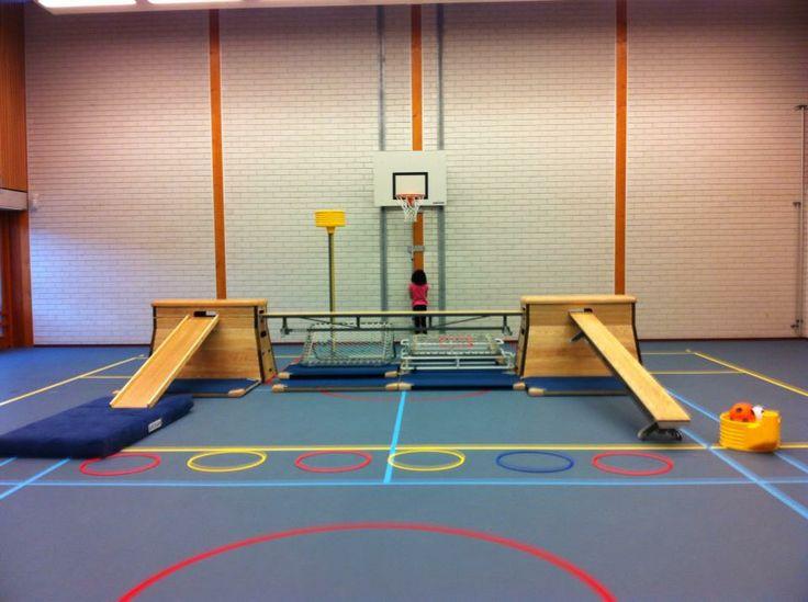 Lesvoorstel: Leerlingen pakken een bal, lopen de bank op en proberen vanaf de horizontale bank de bal in de vorm van de tjoek te mikken en daarna weer te vangen. Als het lukt kan je ook in de basket mikken. Door het mikken vergeten de leerlingen dat ze aan het balanceren zijn!
