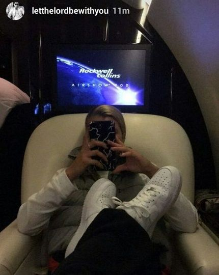 Welcome to Oghenemaga Otewu's Blog: Photos: Scott Disick uses his new girlfriend's lap...