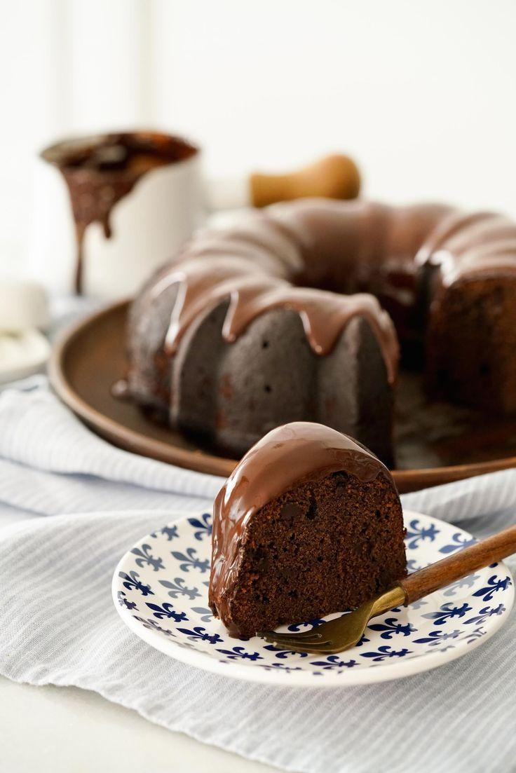 Já tentou misturar ameixas numa receita de bolo de chocolate? Não? Então, tente! Aprenda a receita do bolo Três Chocolates!