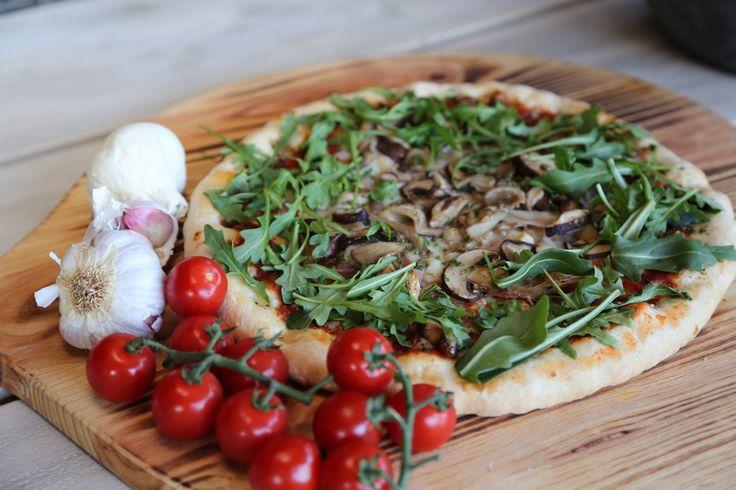 Pizza van de buitenkeuken op een Italy serveerplank.  www.pimentaloreti.nl