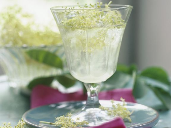 Holunderblütensaft ist ein Rezept mit frischen Zutaten aus der Kategorie Getränke. Probieren Sie dieses und weitere Rezepte von EAT SMARTER!