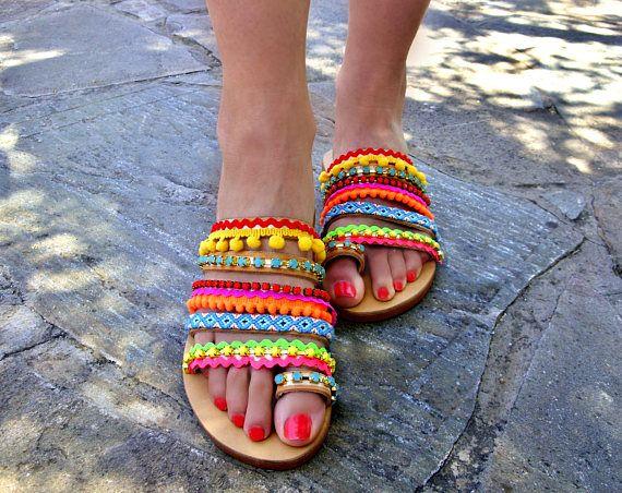 """Vendita 20% Off / Strappy sandali greci """"Maui Island"""" / Boho Pom Pom Sandali / colorato estate sandali / piatto in pelle sandali / scarpe donna"""