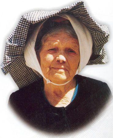 Χαρακτηριστικός κεφαλόδεσμος με «κοκόρους». Φωτογραφία Δ. Κάντα (Η παραδοσιακή φορεσιά της Κέρκυρας, Παξών και Διαποντίων Νήσων, Κέρκυρα