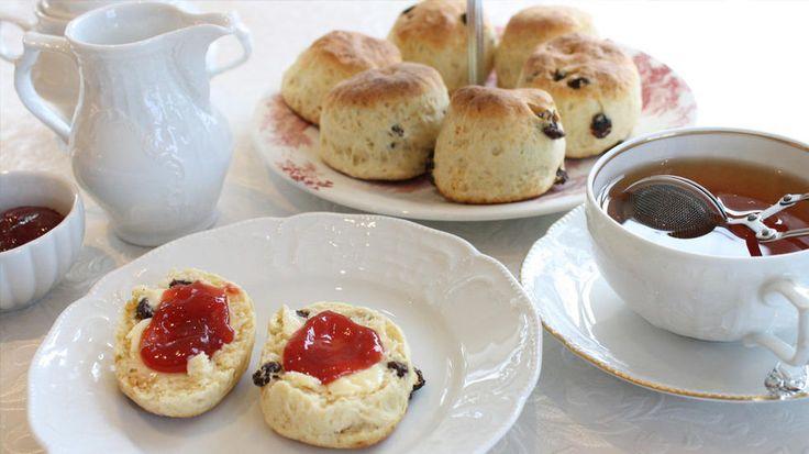 Afternoon tea er et britisk begrep og består av te med melk, nystekte scones, clotted cream og syltetøy, fantastiske konditorbakverk, samt finger-sandwiches.     Godbitene blir servert på det fineste porselen og er ikke større enn at de kan nytes i ett jafs. Ethvert britisk hotell med respekt for seg selv serverer «afternoon tea» i egnede dype salonger, gjerne litt utpå ettermiddagen.     Denne oppskriften kommer fra et femstjerners Londonhotell, The Dorchester Hotel, der jeg engang sørget…