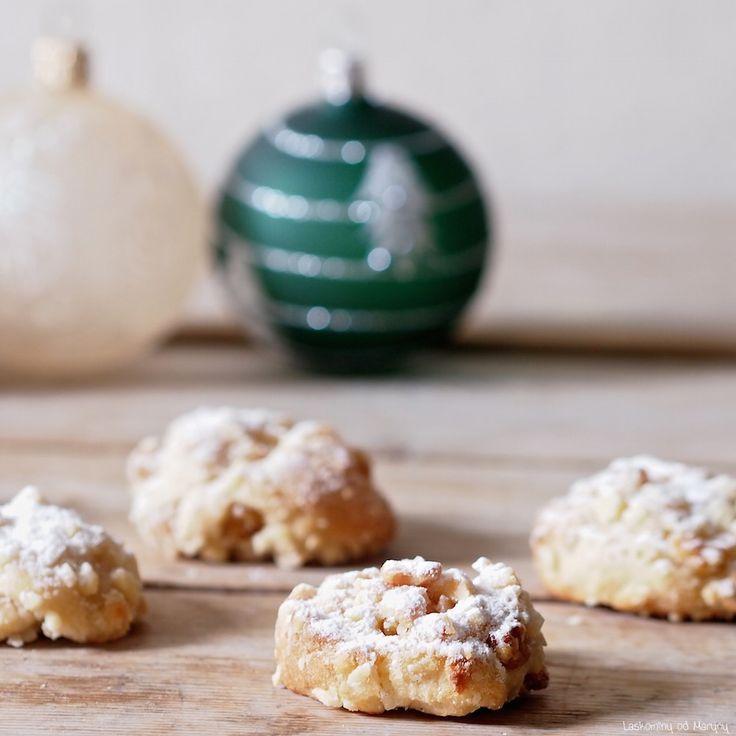 Štóla — Stollen — je tradiční vánoční německé pečivo z kynutého těsta s rozinkami a kandovaným ovocem. Často se do ní přidáva...