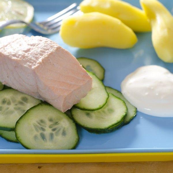 Laks med kokte poteter og agurksalat