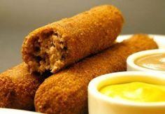 Receita de Croquete de Carne Cremoso - croquetes. Conforme for enrolando, já vá colocando num prato com farinha de rosca. Passe na farinha de rosca, no ovo b...