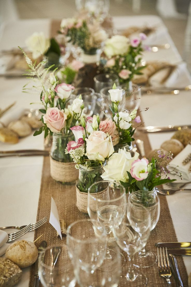 Bocaux décorés et fleuris pour mariage champêtre chic. Rose clair & Blanc